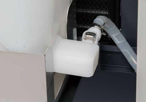 カプラによる接続でワンタッチでタンクを取り外せ、残水の排水や清掃が容易です。